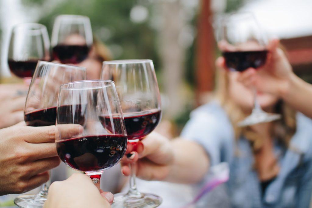 wein trinken rotwein 1024x683 - Wein dekantieren: Welchen Wein muss man atmen lassen?