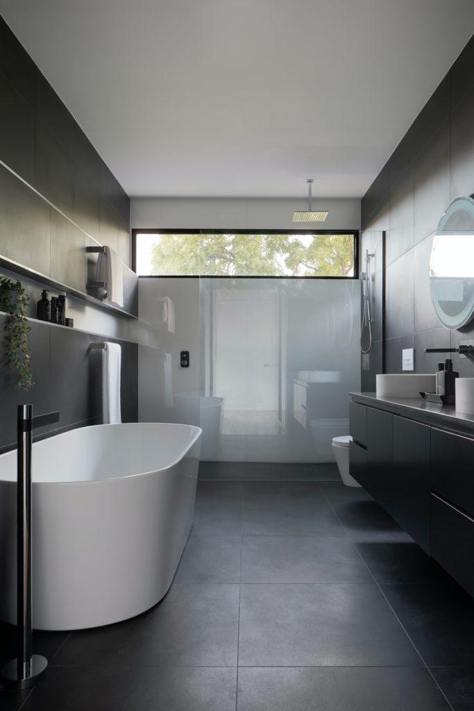 badmoebel badezimmermoebel schwarz 683x1024 - Das sind die 3 wichtigsten Badmöbel Trends für 2021