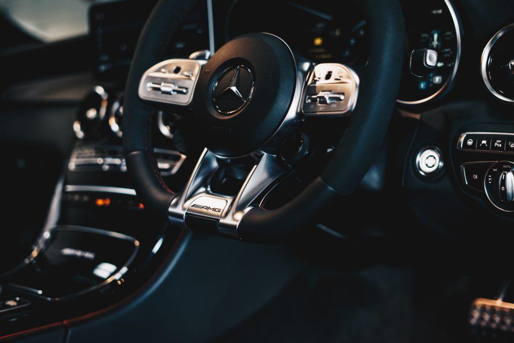 mercedes amg cockpit lenkrad fahrerkabine 1024x683 - Mercedes AMG: Bedeutung und Geschichte der Sportwagen aus Affalterbach