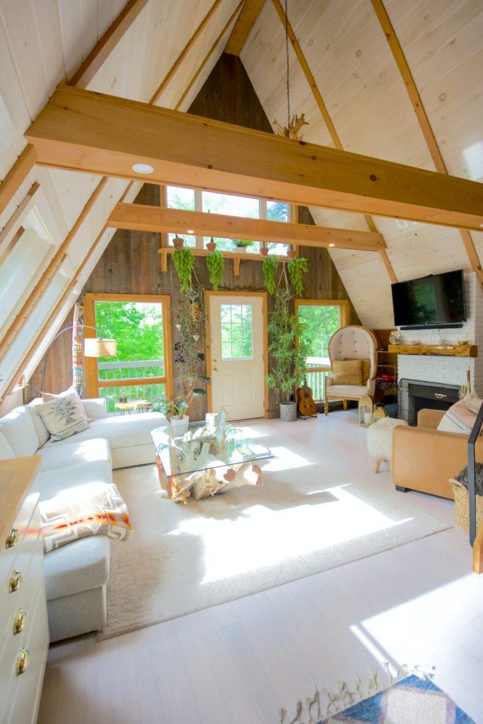 gartenhaus holz luxus 683x1024 - Gartenhaus kaufen? Das ist die beste Zeit dafür!