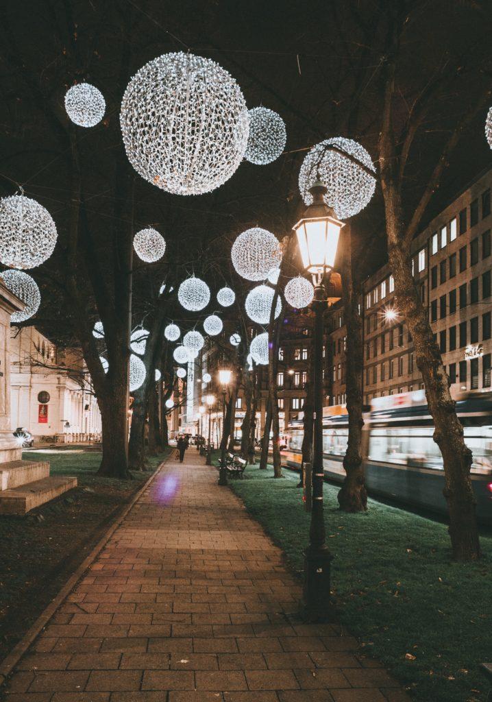 muenchen lichtinstallation 718x1024 - Das ist die teuerste Stadt Deutschlands