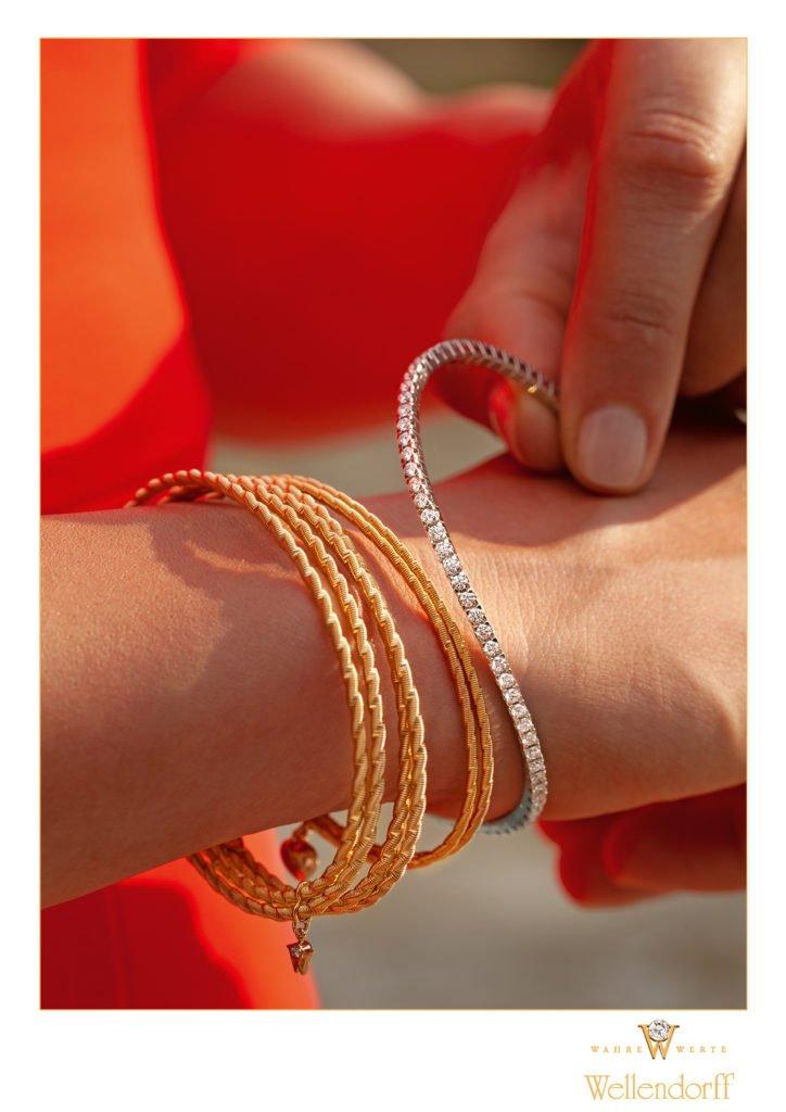 """Armband UMARME MICH Sonnenglanz Armband UMARME MICH Jetzt am Model 724x1024 - """"Federndes Gold"""": Wellendorff präsentiert Innovation"""